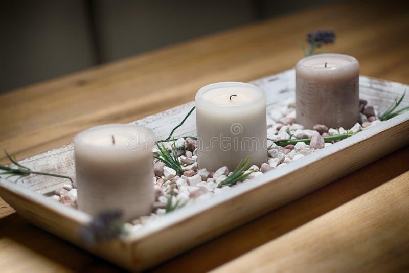 Свечи на остатках и релаксации деревянного стола нормальных стоковые фото