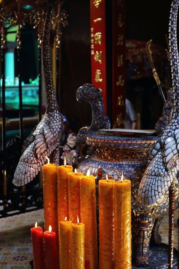 Свечи осветили дальше изменяют, пагода Chua минимальное Huong, Хошимин стоковая фотография