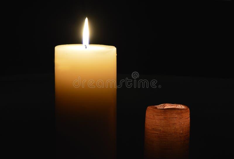 2 свечи освещая темноту на темной предпосылке стоковая фотография rf