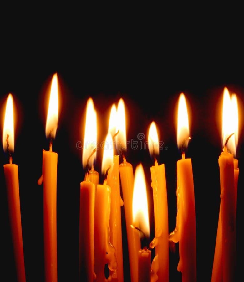 свечи церков накаляя в темноте создают духовную атмосферу стоковые фото