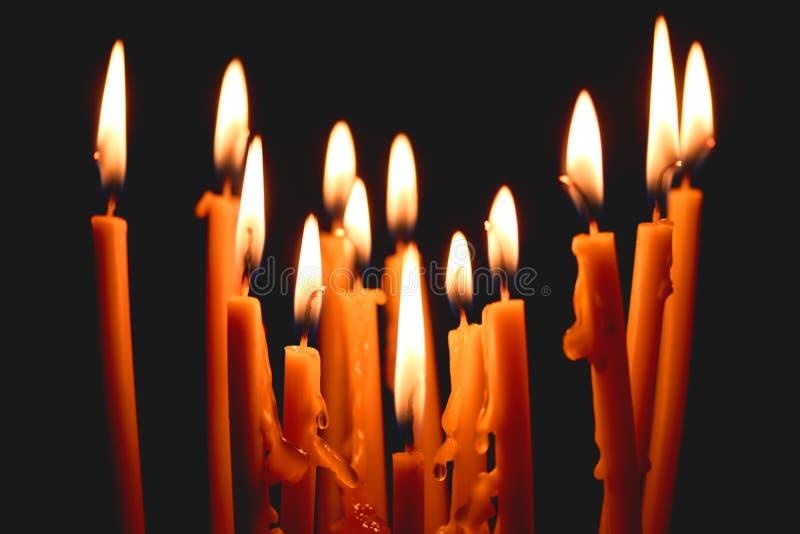 свечи церков накаляя в темноте создают духовную атмосферу стоковые изображения rf