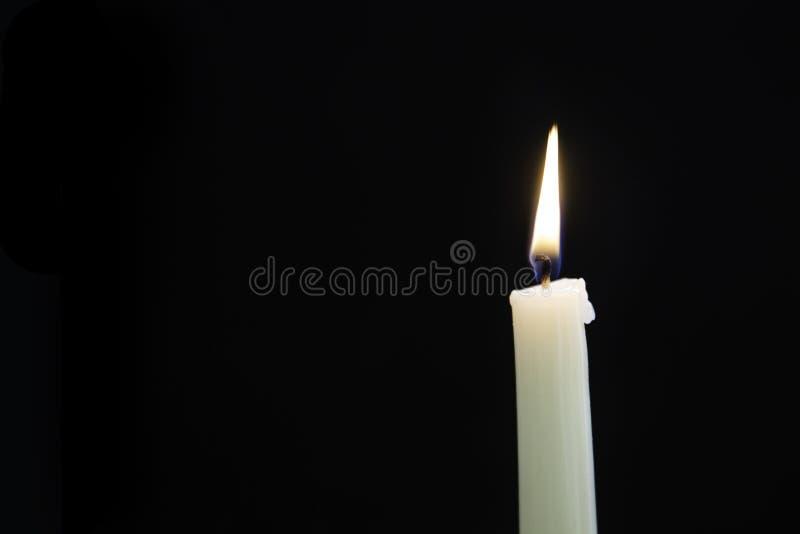Свечка в темноте стоковые изображения rf