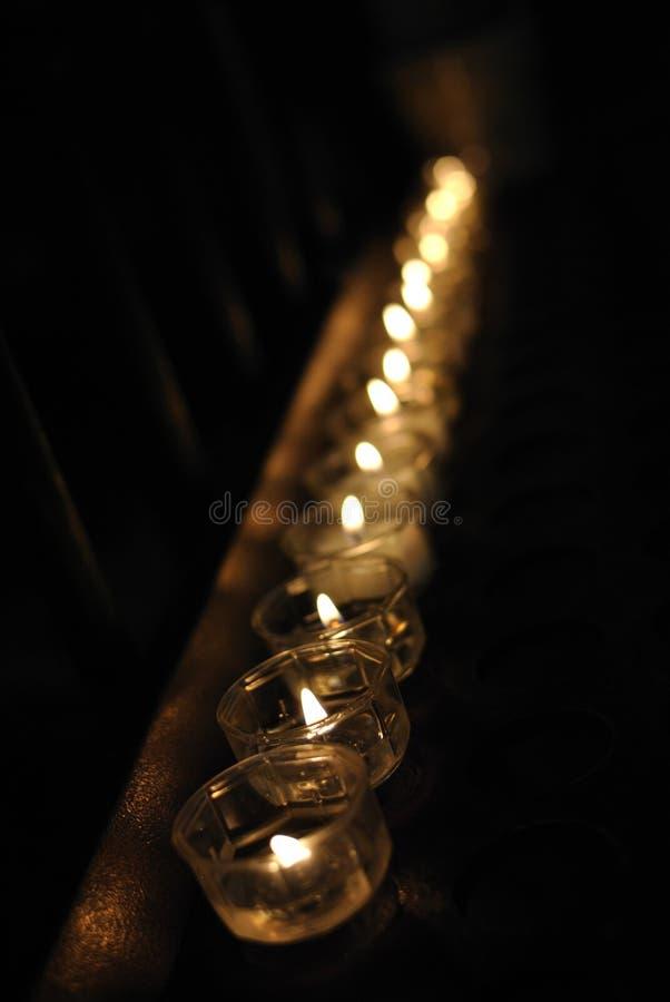 Свечки в темноте стоковые изображения rf