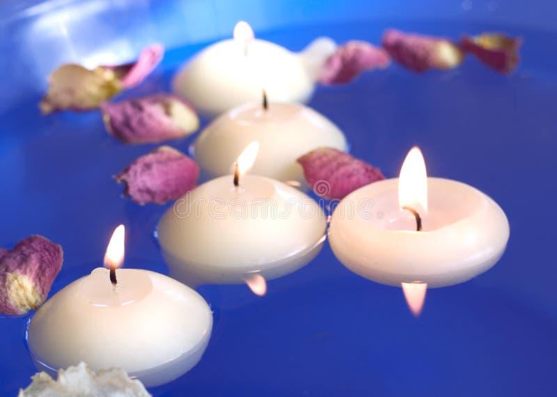 свечки плавая лепестки подняли стоковая фотография rf
