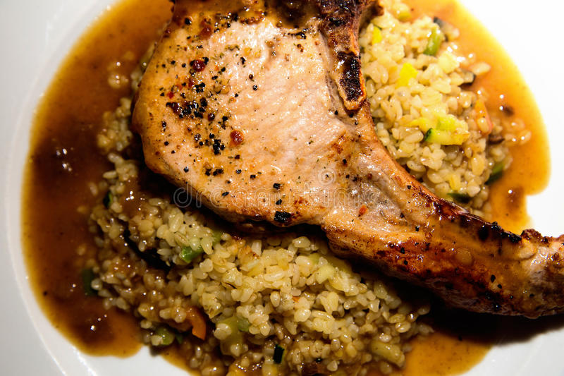 Свиная отбивная с рисом в плите стоковое фото rf