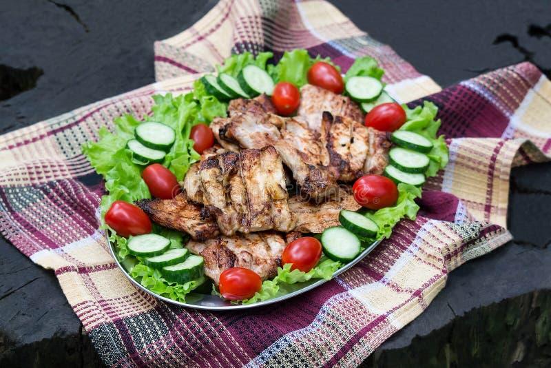 Свинина сваренный на гриле во время пикника стоковые изображения rf