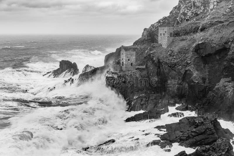 Свирепствуя море, дома двигателя кроны, Botallack, Корнуолл стоковые фото