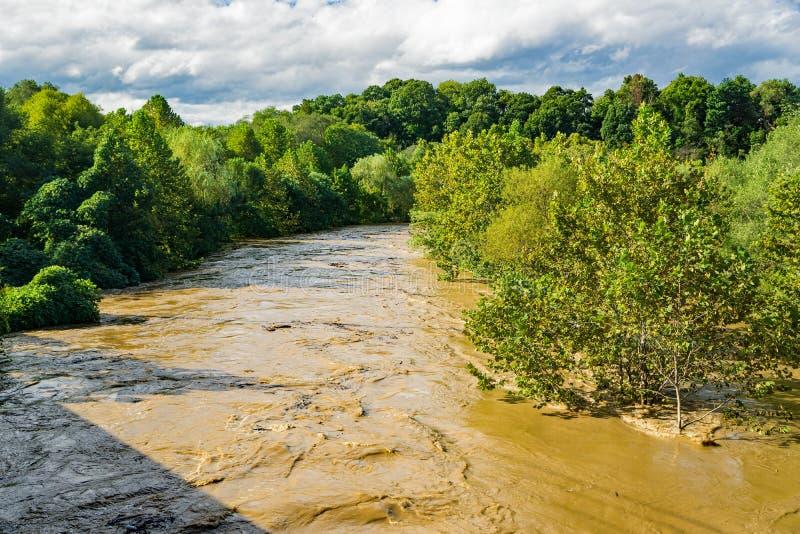 Свирепствуя река Roanoke - ураган Флоренс в 2018 стоковое изображение rf