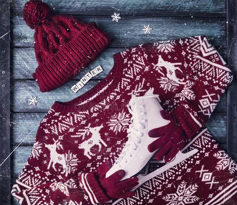 Download Свитер зимы с коньками льда Стоковое Изображение - изображение: 104306769