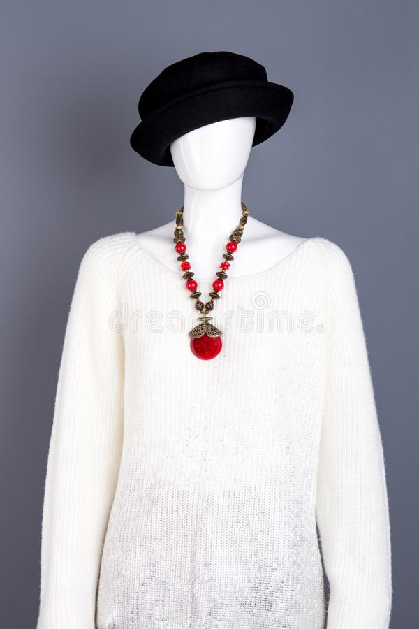Свитер и ожерелье связанные белизной стоковые изображения rf