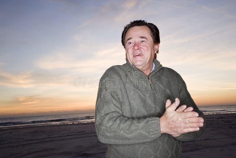 свитер старшия человека рассвета пляжа стоковое фото rf