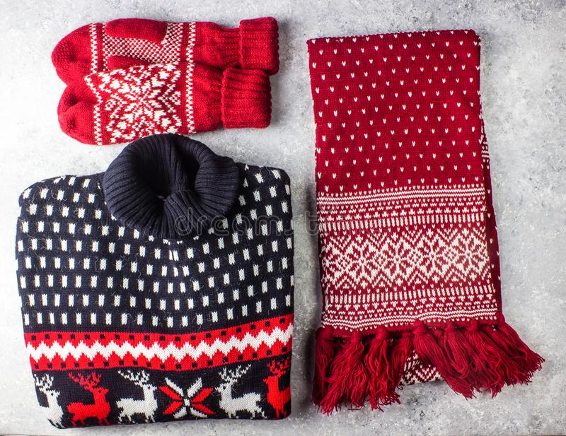 Свитер, шарф и mittens рождества с картиной стоковая фотография rf
