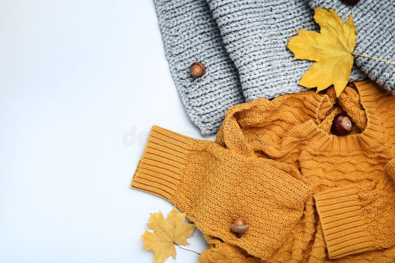 Свитер, шарф с каштанами, жолуди и листья осени стоковые фото