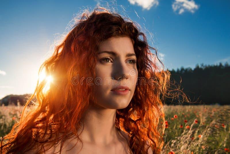 Свобода и сработанность чувства женщины в природе стоковая фотография