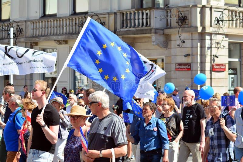 Свобода март Поляки маршируют для того чтобы денонсировать правительство, выветриваясь демократия стоковые изображения