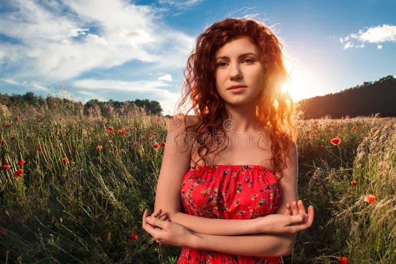 Свобода чувства женщины и наслаждаться природой стоковое изображение