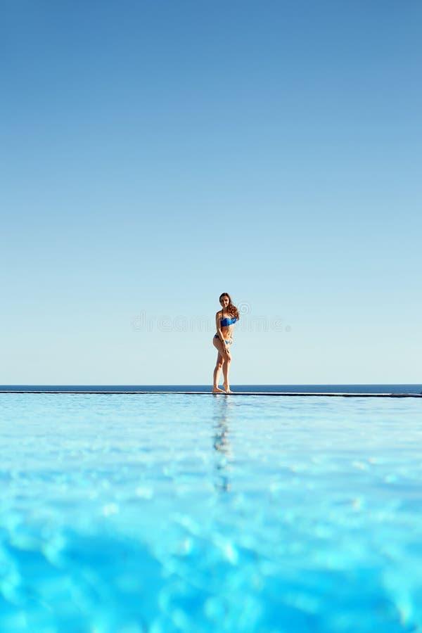 Свобода чувства молодой женщины и наслаждаться пейзажным бассейном rel стоковые фото