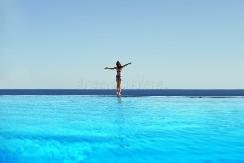 Свобода чувства молодой женщины и наслаждаться пейзажным бассейном rel стоковая фотография rf
