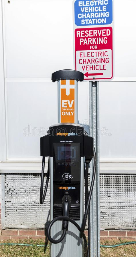 Свободная зарядная станция электрического автомобиля стоковая фотография rf