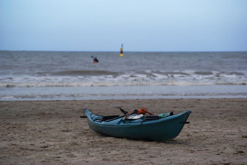 свободное каное расположено на пляже на Северном море на фургоне Голландии Hoek стоковое изображение rf