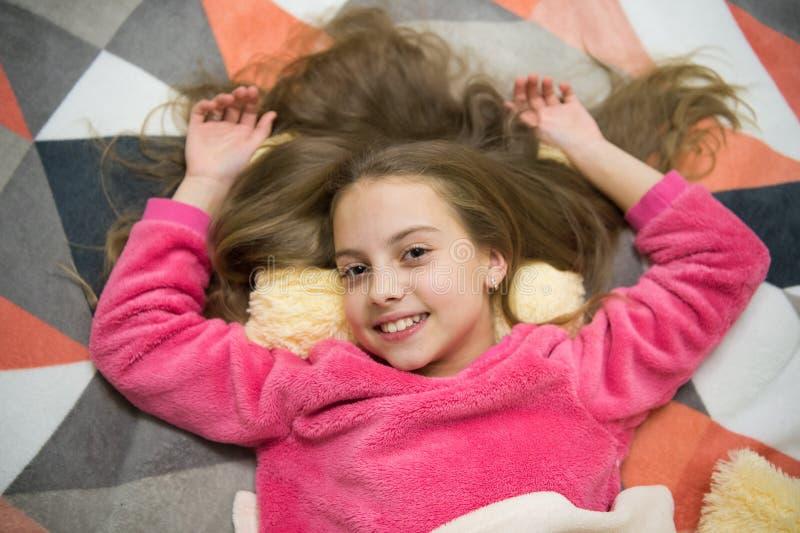 Свободные направленные сценарии раздумья и релаксации для детей Ребенок девушки маленький ослабляет дома Выравнивать релаксацию п стоковые фотографии rf