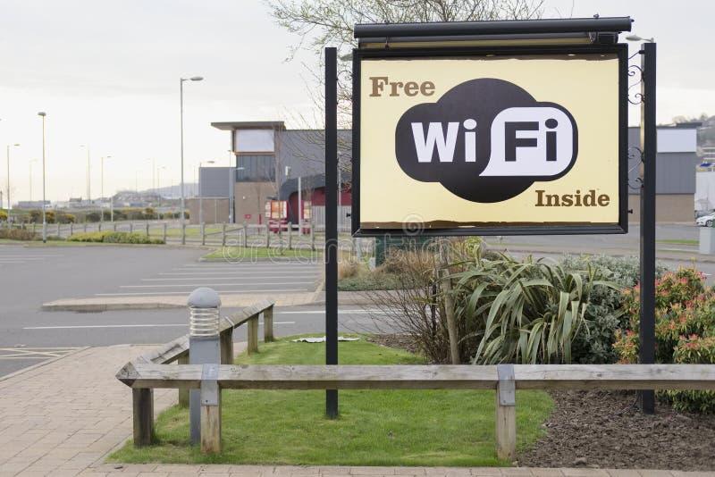 Свободный знак wifi Wi-Fi отсутствие обязанности достигнуть интернета в входе автостоянки гостиницы для людей туристов гостей на  стоковые фото