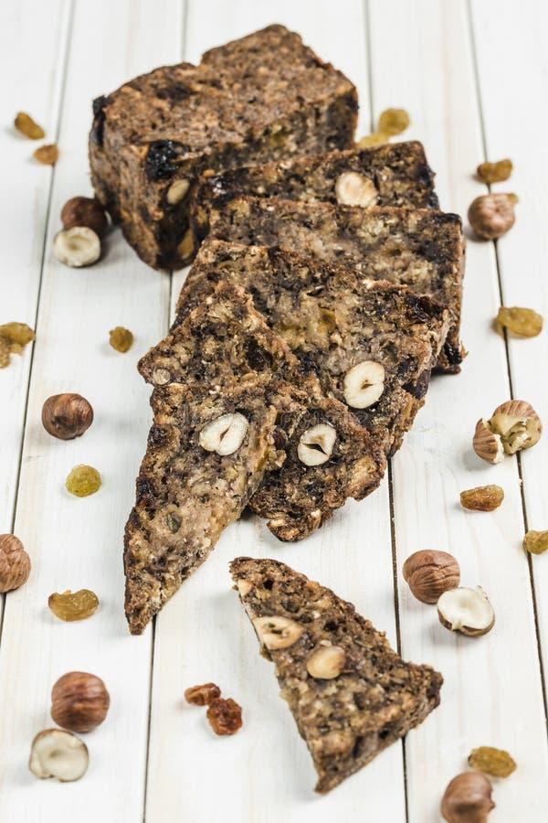 свободный от Клейковин хлеб с семенами фундука и льна на деревянной доске стоковое изображение rf