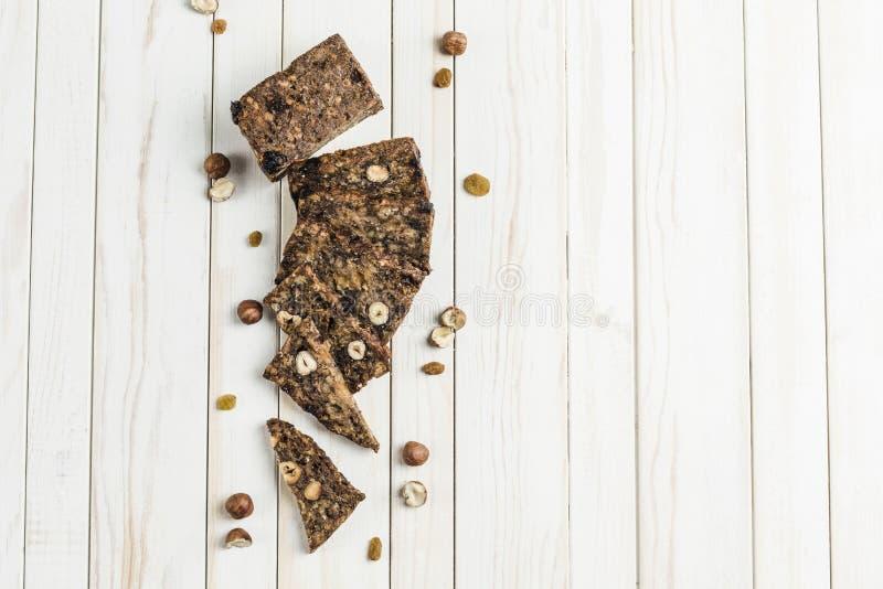 свободный от Клейковин хлеб с семенами фундука и льна на деревянной доске стоковые фотографии rf