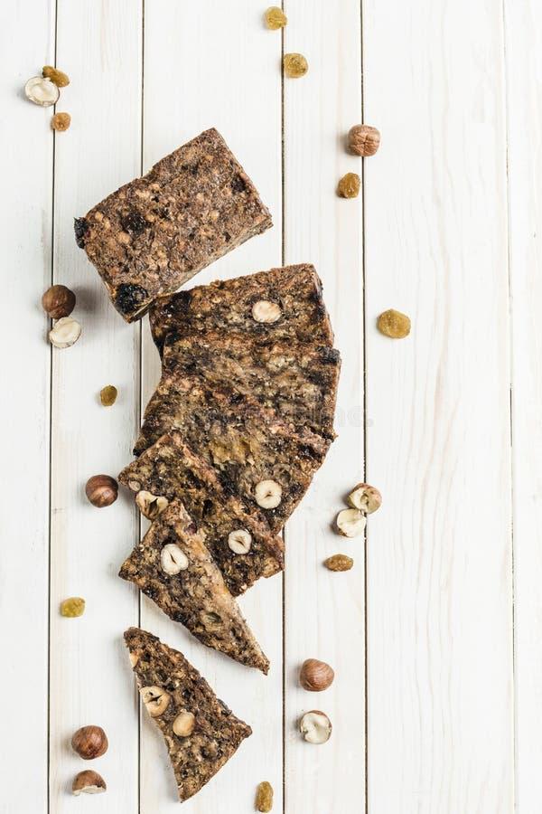 свободный от Клейковин хлеб с семенами фундука и льна на деревянной доске стоковые изображения rf