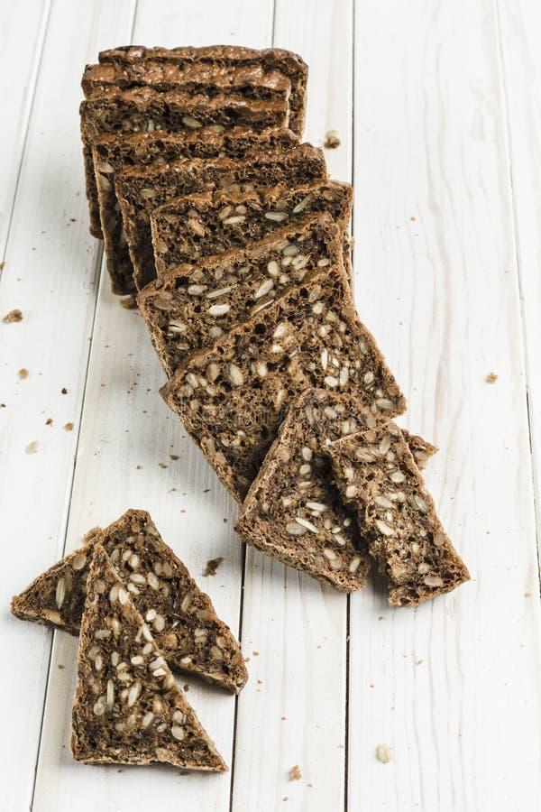 свободный от Клейковин хлеб с семенами фундука и льна на деревянной доске стоковая фотография