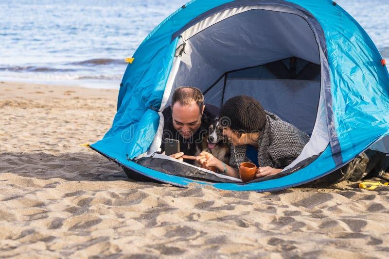 Свободный располагаться лагерем на пляже для людей с собакой стоковые изображения rf