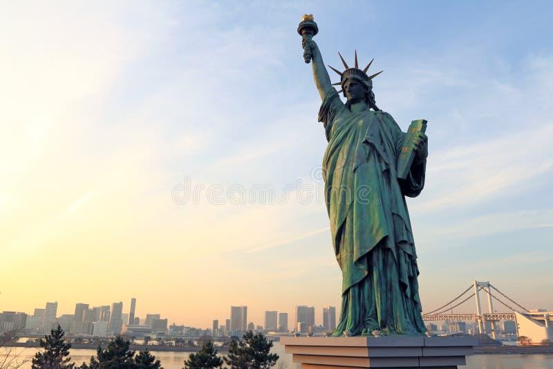Свобода дамы сопоставлянная против моста радуги стоковое изображение