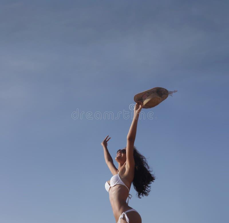 Свободная девушка на пляже стоковое фото rf