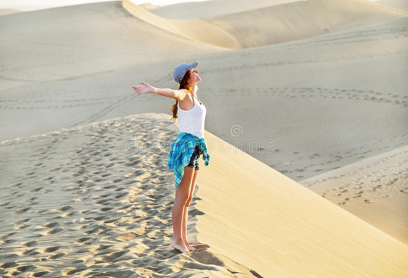 Свободная молодая женщина в пляже Maspalomas Вдохновляющие песочные дюны на солнечный летний день gran Испания canaria стоковые фото