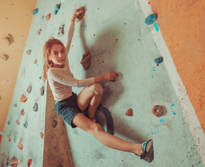 Свободная тренировка маленькой девочки альпиниста крытая стоковые изображения rf