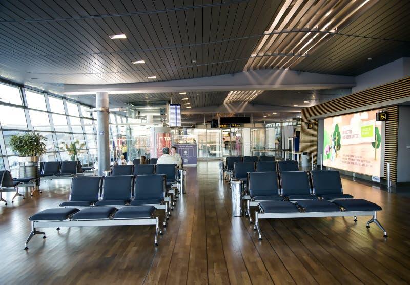 Свободные места в терминальном зале ожидания в авиапорте стоковая фотография