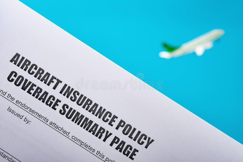 Сводка охвата полиса страхования воздушных судн с моделью воздушных судн летания на предпосылке стоковое изображение