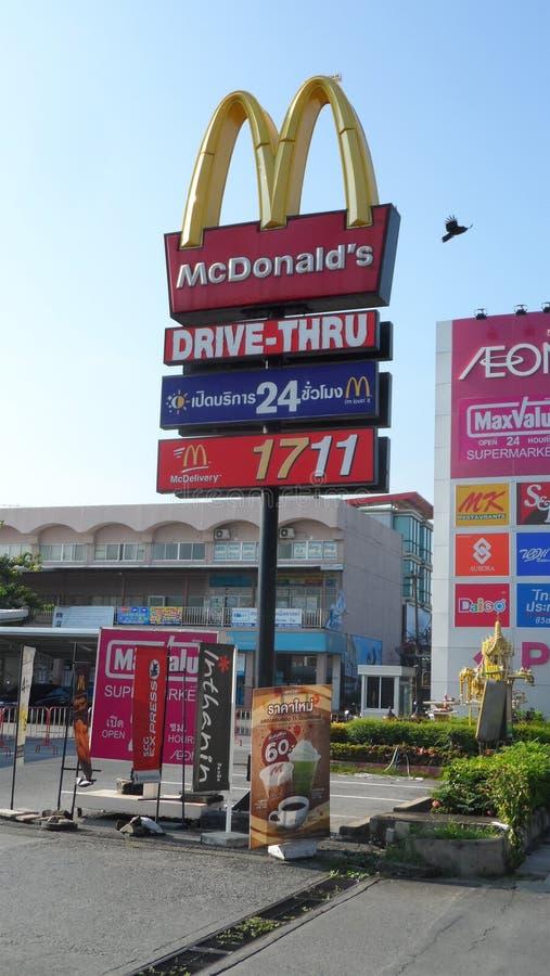 Своды корпорации 2 McDonald желтые присоединились совместно для того чтобы сформировать округленное письмо m Тип общественное тор стоковая фотография