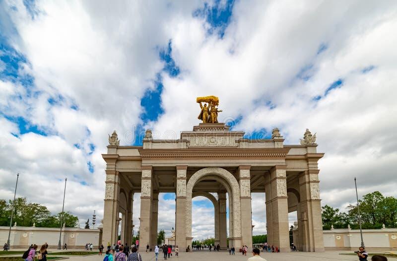 Свод парадного входа VDNKH — парадный вход к выставке достижений национальной экономики стоковое изображение