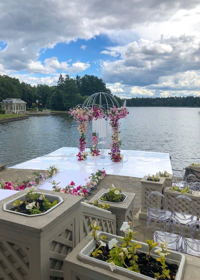 Свод свадьбы украсил цветки Outdoors Установка свадьбы Свадебная церемония на пляже в парке r r стоковые изображения