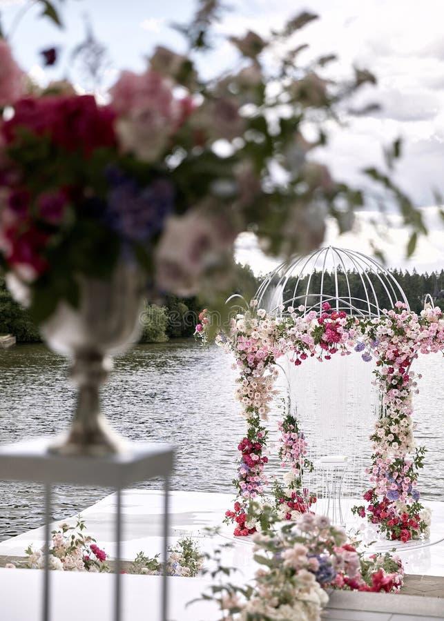 Свод свадьбы украсил цветки Outdoors Установка свадьбы Свадебная церемония на пляже в парке r r стоковые фото