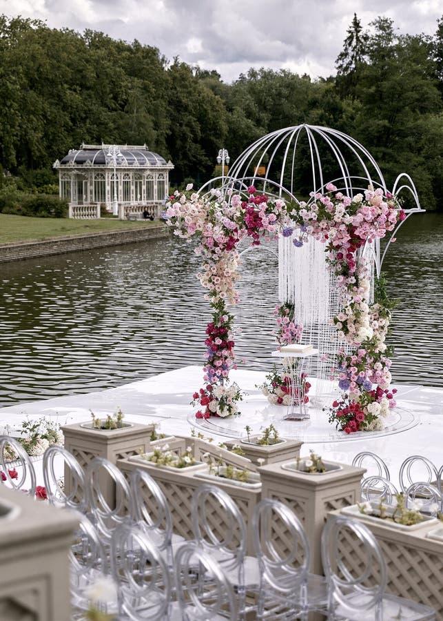 Свод свадьбы украсил цветки Outdoors Установка свадьбы Свадебная церемония на пляже в парке r r стоковая фотография rf