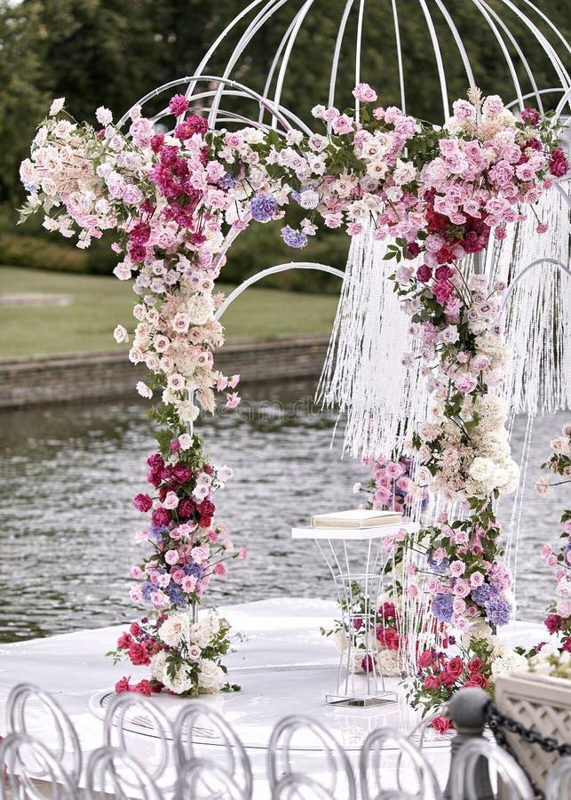 Свод свадьбы украсил цветки Outdoors Установка свадьбы Свадебная церемония на пляже в парке r r стоковое изображение rf