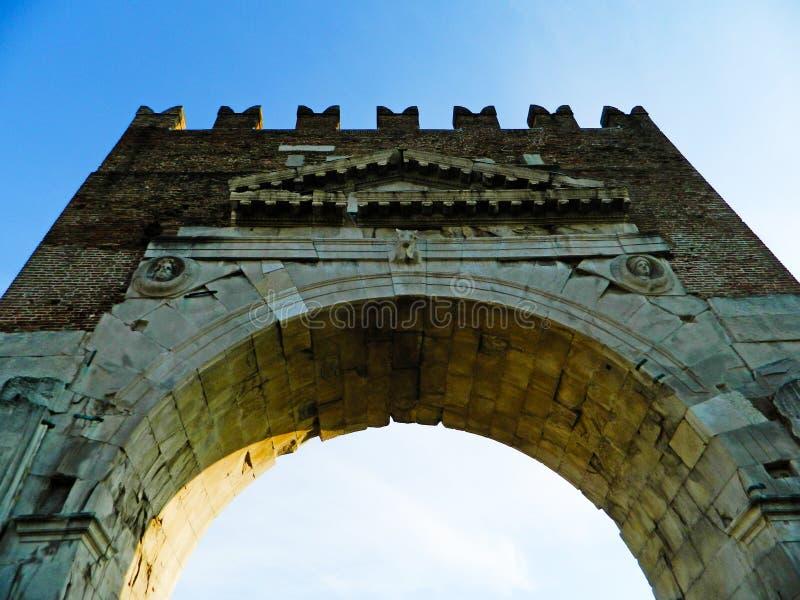Свод Augustus в Римини - старом стробе романск города - исторический ориентир ориентир Италии, исторический и известный свод Augu стоковые изображения rf
