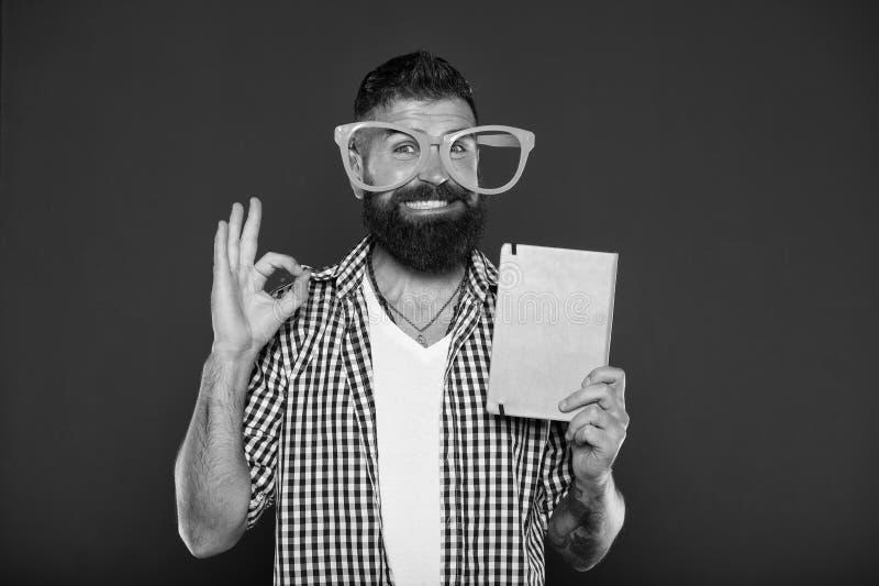 Свое ок Болван исследования приглашая для книги чтения Студент университета с примечаниями лекции Бородатый человек в стеклах пар стоковое изображение rf