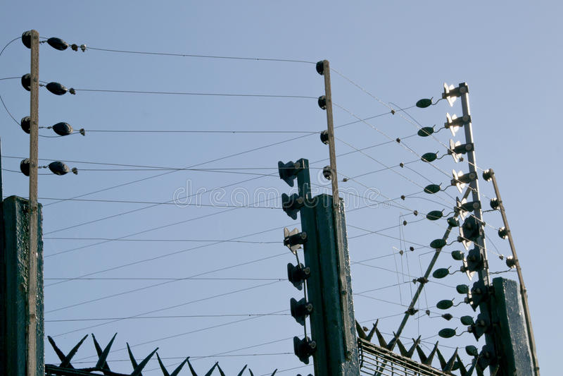 Свойство обширной зеленой электрической загородки окружающее жилое стоковые фотографии rf