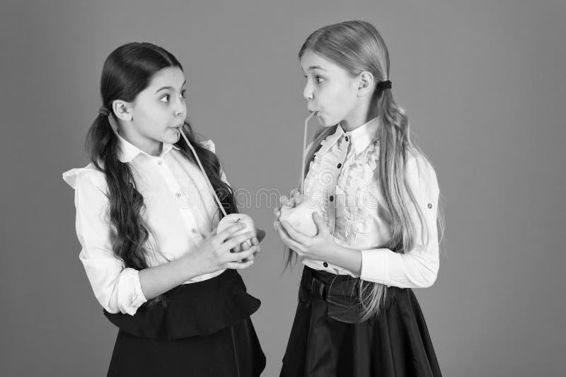 Свой сезон яблока Маленькие девочки принимая закуску школы Милые школьницы держа яблоки Ребята школьного возраста со здоровым ябл стоковые изображения rf