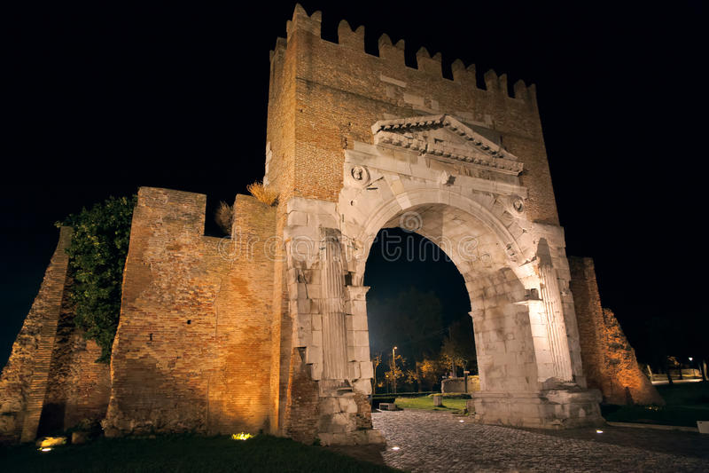 свода Augustus в Римини на ноче стоковые фото