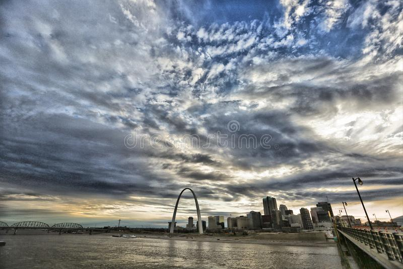 Свод ворот, река Миссисипи, Сент-Луис, Миссури США стоковые изображения rf