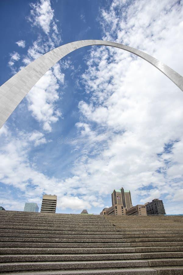Свод ворот StLouis Миссури, архитектура, облака, небо стоковое изображение
